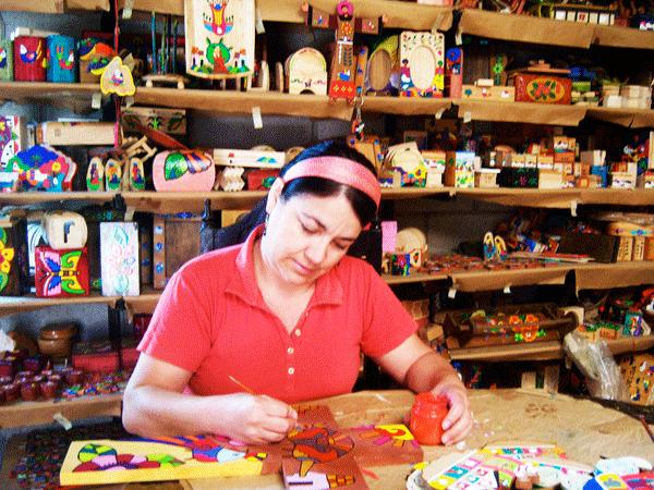 Estela Perlera pintando cruz